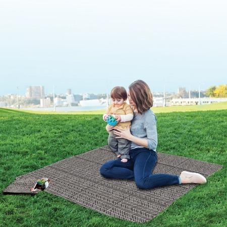 Składany koc piknikowy Grey Feather, izolujący podłoże - doskonały na spacery z dziećmi, SKIP HOP 275007